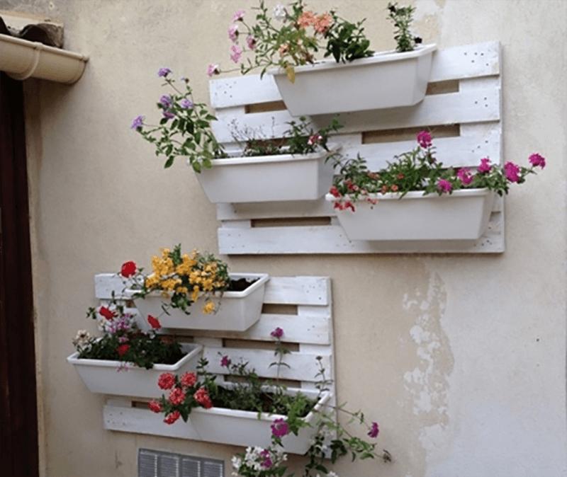 Kệ treo tường đẹp bằng gỗ pallet để treo giỏ hoa