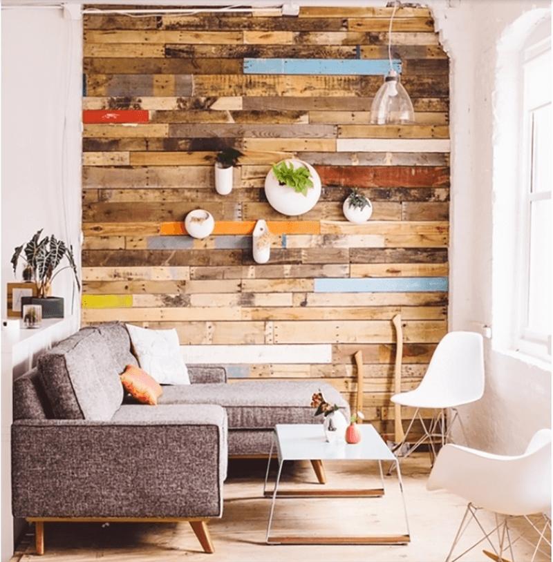 Sử dụng tấm pallet để ốp tường